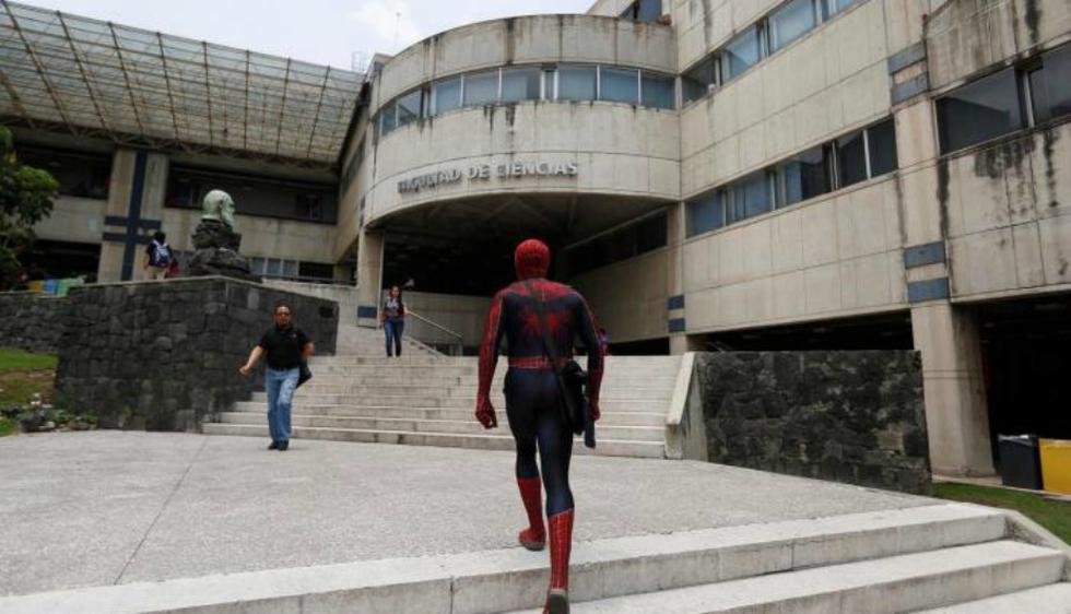Llega a la universidad con el traje de Spiderman para dar sus clases (Reuters)