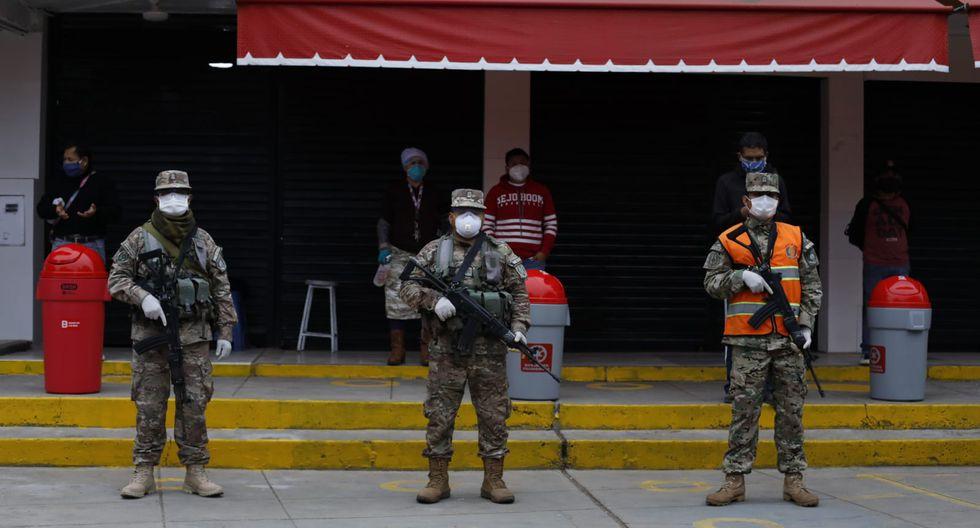 En conjunto con personal de la PNP y las Fuerzas Armadas, el alcalde de SMP llegó hasta el mercado de Caquetá. (Foto: Diana Marcelo/GEC)