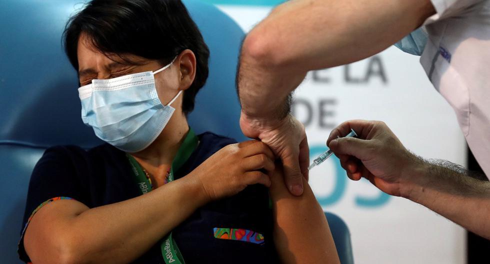 Daniela Zapata, de 42 años, recibe una inyección de la vacuna Sputnik V en el hospital Dr. Pedro Fiorito de Avellaneda, en las afueras de Buenos Aires, Argentina, el 29 de diciembre. 2020. (REUTERS/Agustin Marcarian).