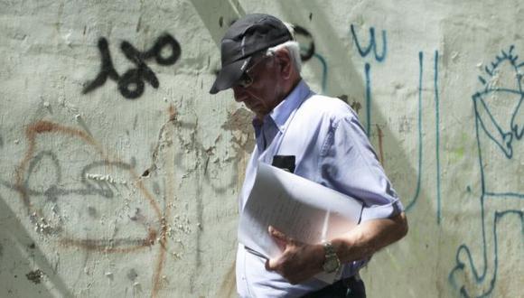 El Premio Nobel pasea por el barrio palestino de Silwan, en Jerusalén Este. (El País/Oren Ziv/ActiveStills)