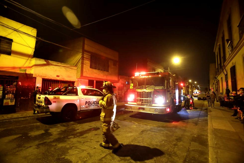 Los vecinos de la zona experimentaron momentos de pánico pensando que el fuego podría propagarse hacía sus viviendas. (Fotos: César Grados/GEC)