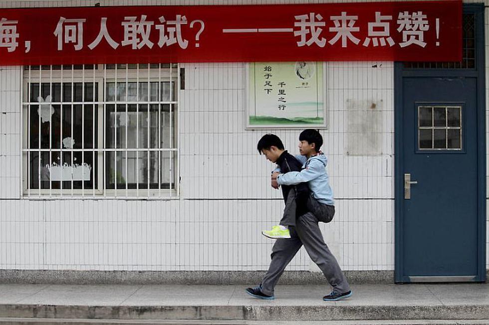 Xie Xu es un estudiante que desde hace 3 años lleva cargado en su espalda a su compañero que sufre distrofia muscular. (Shanghaiist)