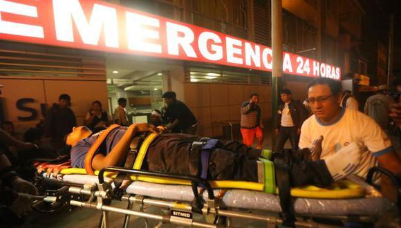 El equipo de emergencia estabilizó y trasladó a los heridos tras accidente en la Panamericana Sur. (Luis Centurión/Perú21)