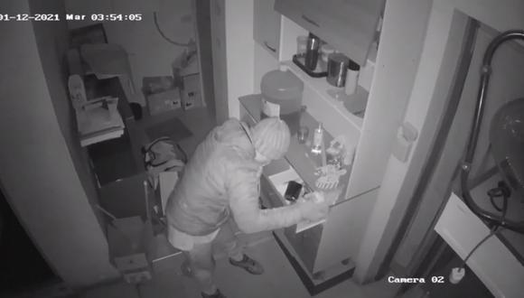 El dueño del local indicó que es la tercera vez que roban en su local y se mostró indignado por la inseguridad del lugar a pesar de la presencia de la policía (Foto: PNP)