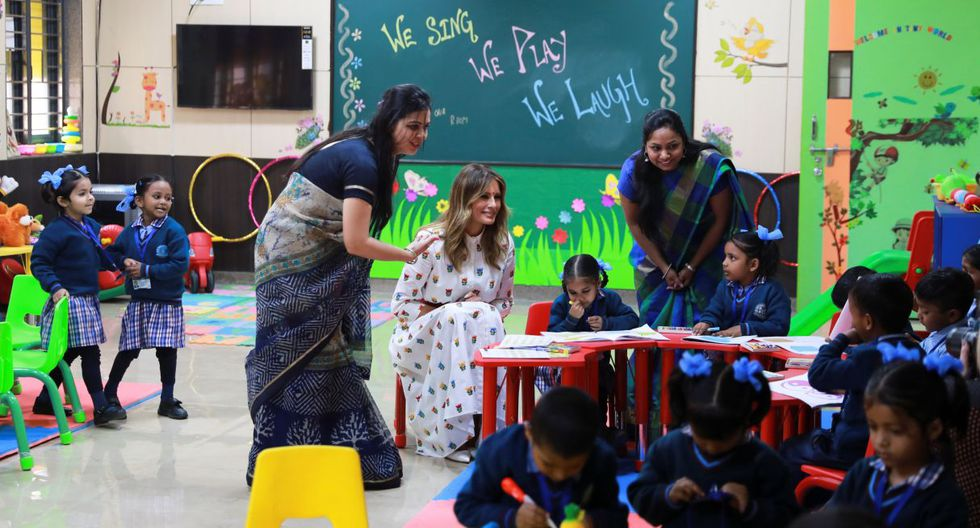 La primera dama de Estados Unidos, Melania Trump, interactúa con niños en la Escuela Secundaria Superior de Educación Mixta Sarvodaya en Moti Bagh, Nueva Delhi. (Reuters).
