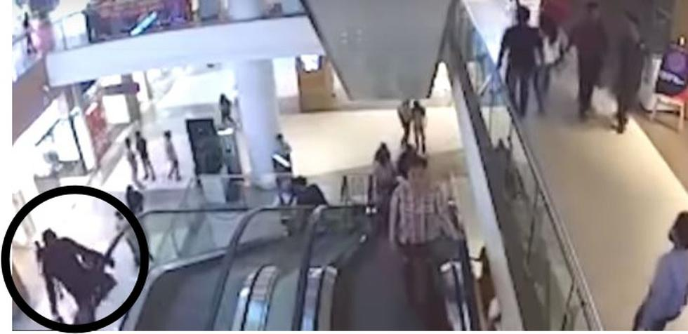 Niño jugaba en escalera eléctrica, se atascó su ropa y murió tras caer 15 metros en centro comercial. (Captura)
