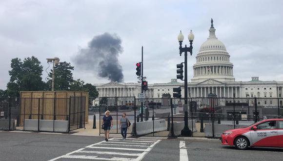 Incendio en el techo de un edificio cercano al Capitolio. (Foto: Twitter @ReshadHudson)