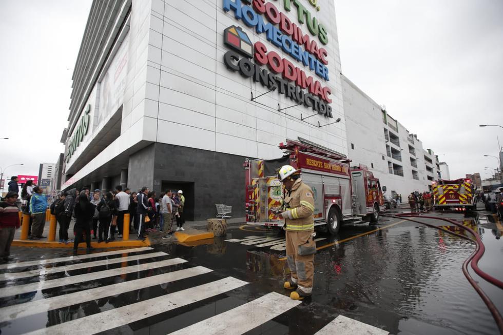 Los clientes del Open Plaza fueron evacuados, incluso los asistentes a una sala de cine, por medida de precaución. (Francisco Neyra/GEC)