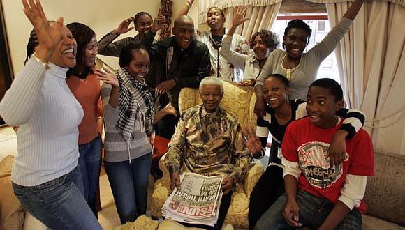 Nelson Mandela junto a parte de su numeroso clan en 2008. (AFP)