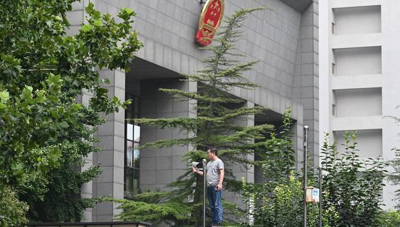 Exteriores del Tribunal Popular del Distrito de Haidian en China. (Foto: GREG BAKER / AFP)