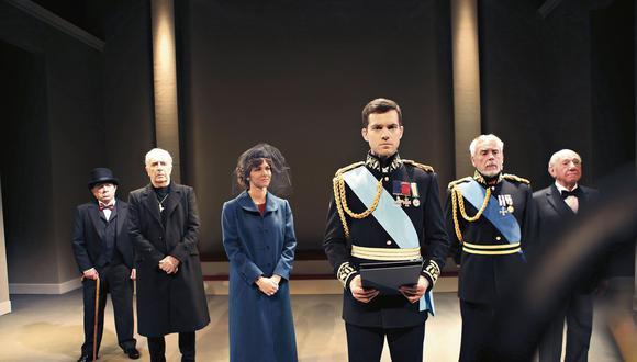 En discurso. Juan Carlos Rey de Castro (Jorge VI) y Anahí de Cárdenas (Isabel) acompañados del gran elenco que trabaja en la obra que sigue el guion original del autor inglés David Seidler.