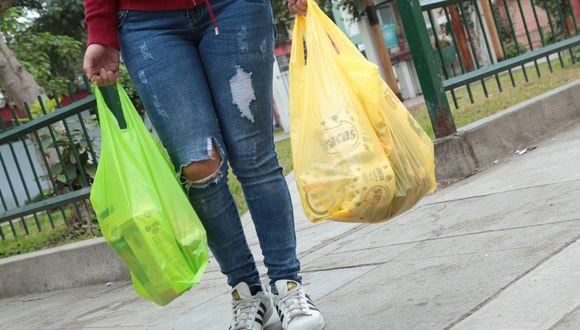 Desde mañana 1 de agosto, las bodegas y supermercados empezarán a cobrar s/0.10 por cada una. (Foto: GEC)