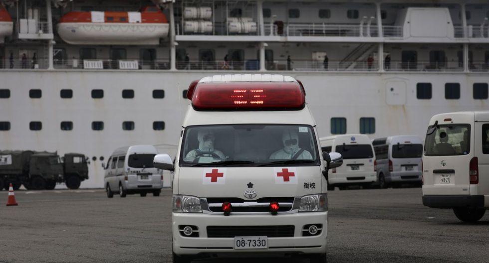 Los trabajadores médicos que usan trajes especiales se retiran después de atender a los pasajeros del crucero Diamond Princess el sábado 15 de febrero de 2020 en Yokohama. (AP).