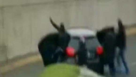 Hampones en un Mercedes Benz negro asaltaron a motociclista en la Vía Expresa de Javier Prado. (Captura de TV)