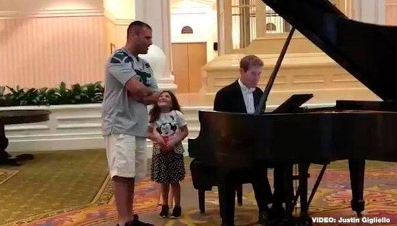 Padre cantando el 'Ave Maria' en Disneyland. (YouTube / Justin Gigliello)