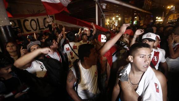 Hinchas se alistan para el partido Perú vs. Colombia. (Foto: Geraldo Caso)