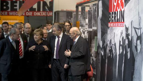 Merkel inauguró hoy una exposición sobre la llegada de Adolf Hitler al poder. (AP)