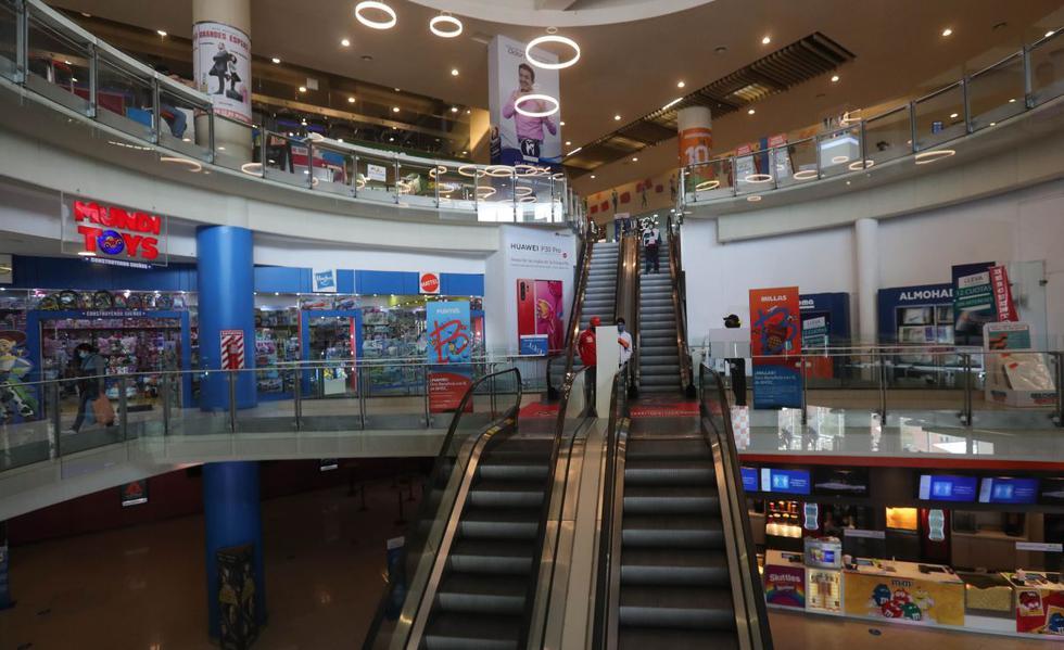 Ciudadanos visitan hoy un centro comercial durante el primer día de su reapertura en La Paz, Bolivia. (EFE/Martín Alipaz).