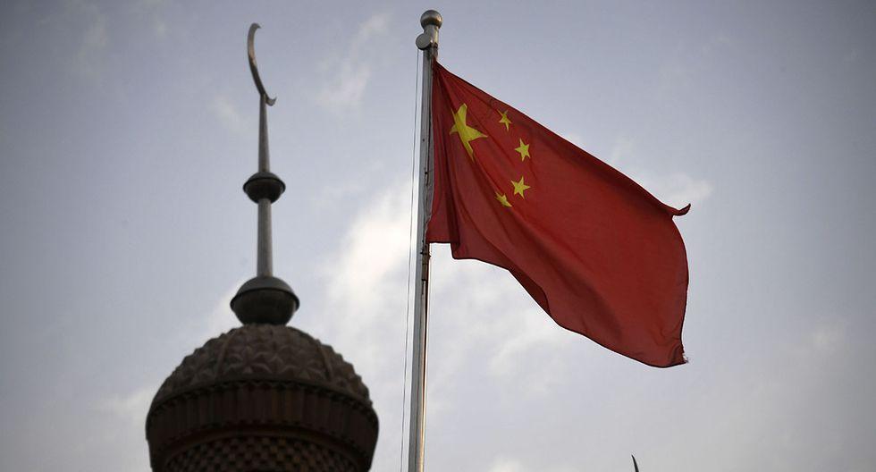 La bandera china ondeando sobre la mezquita de Juma en el área restaurada de la ciudad vieja de Kashgar en la región occidental de Xinjiang de China. (Foto: AFP/Archivo)