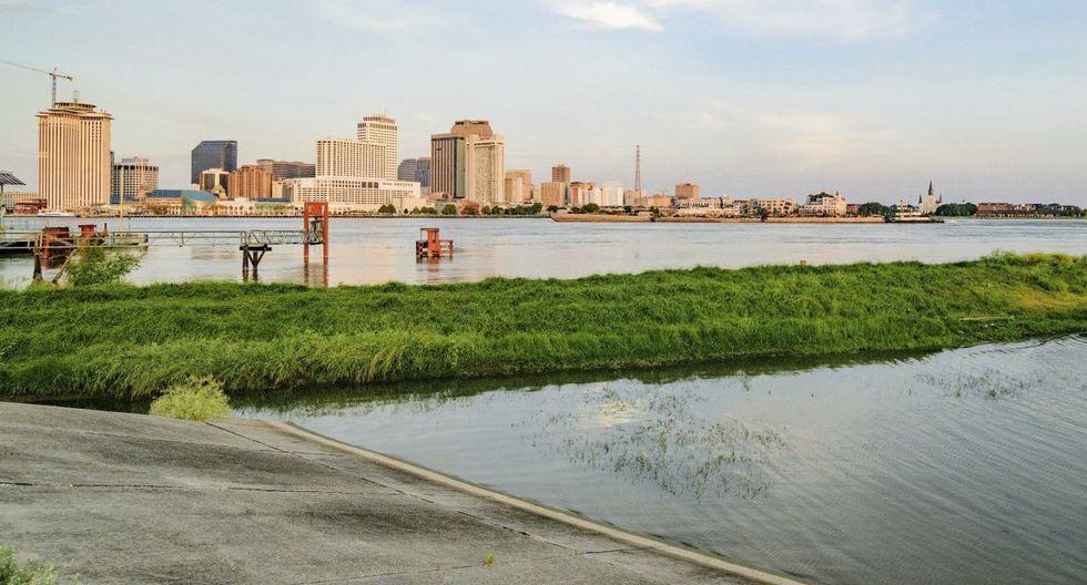 Si bien el Cuerpo de Ingenieros no cree que el río crecido llegue a inundar las calles, la amenaza de Barry es aguda: entre 25 y 38 centímetros de lluvia de aquí hasta el domingo.(Foto: AP)