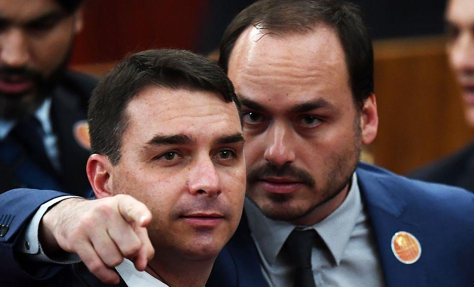 Carlos Bolsonaro (derecha), consejal de Río de Janeiro, junto a su hermano, el senador brasileño por Río, Flavio Bolsonaro. (Foto: AFP/archivo)