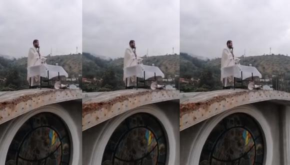 Huánuco: Sacerdote oficia misa desde el techo de iglesia. (Captura Facebook)