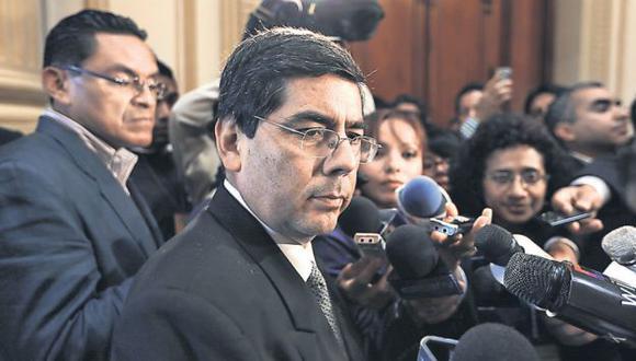 SE QUEDÓ SIN PISO. El vocero oficialista Jaime Delgado quedó desautorizado por su díscola bancada. (Martín Pauca)