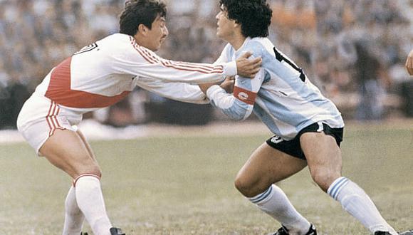 Marcación personal de Luis Reyna a Diego Maradona en Lima. (Foto: Getty Images)