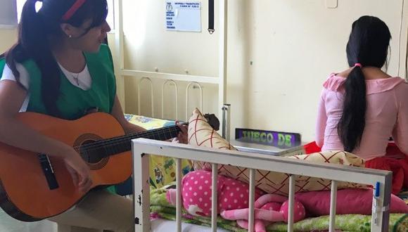 """La Libertad: joven trujillana busca ayudar a los pacientes a través de la """"Musicoterapia"""" (Foto difusión)."""
