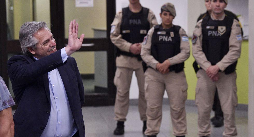 Alberto Fernández saluda a su llegada para votar en Buenos Aires. (Foto: AP)