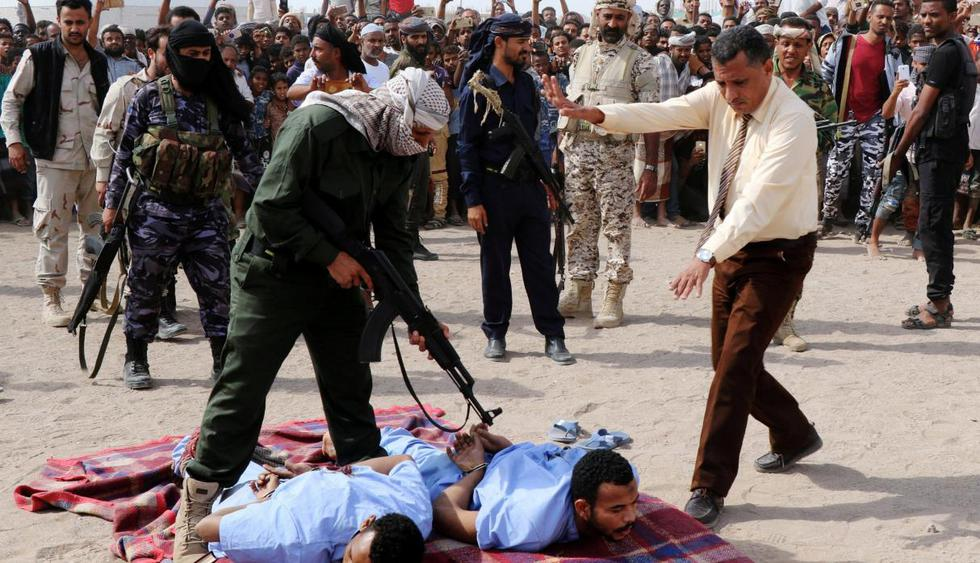 Los sentenciados a muerte fueron impactados por un arma de fuego disparada por un agente de policía y luego colgados. (Reuters)