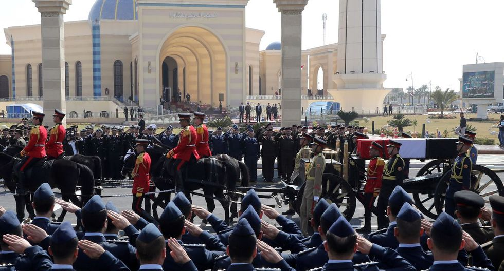 Los oficiales saludan mientras el carruaje tirado por caballos transporta el ataúd cubierto con la bandera del ex presidente egipcio Hosni Mubarak. (EFE).