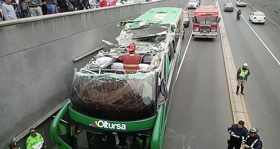 Bus de Oltursa choca con puente Villarán en Av. Arequipa.
