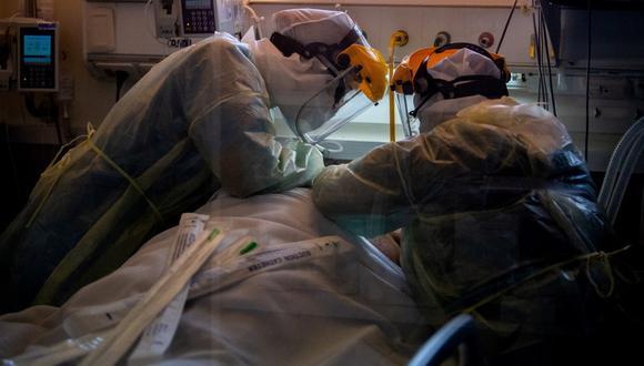 Los fallecimientos de hoy fueron de personas de entre 34 y 89 años y el departamento (provincia) más afectado fue Montevideo, al registrar 26 de las 54 muertes.  (Foto: Pablo PORCIUNCULA / AFP)