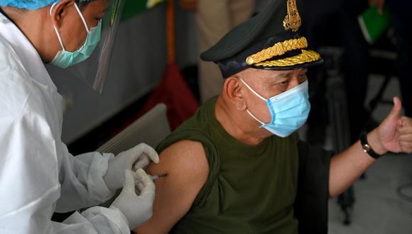 La OPS precisó si es prioritario vacunar contra el coronavirus a militares y políticos primero. (Foto: TANG CHHIN Sothy / AFP)