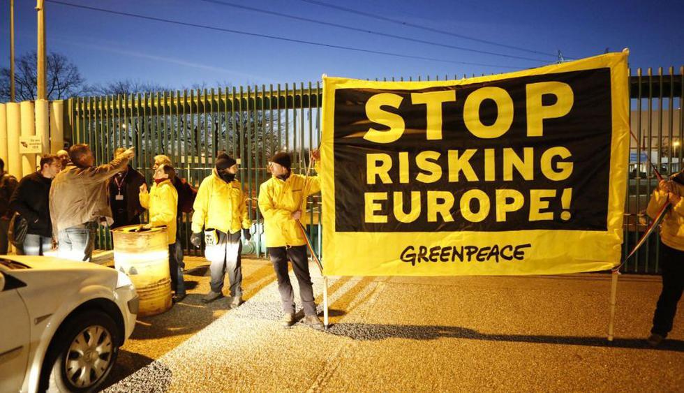 Activistas de Greenpeace exigen mayor seguridad en las centrales nucleares de Francia. (AP)