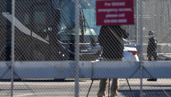 Un autobús sale de una instalación fronteriza cerrada cuando se esperaba que los migrantes sujetos a un programa de restricción de asilo de la era Trump comenzaran a ingresar a los Estados Unidos en el cruce fronterizo de San Ysidro con México, en San Diego, California. (REUTERS/Mike Blake).