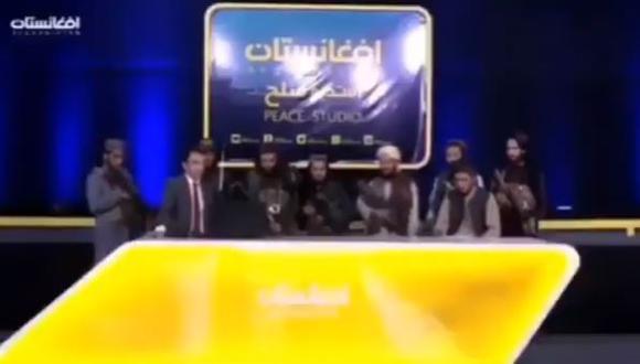 Periodista pasó momentos de tensión tras salir en vivo al lado de talibanes armados.