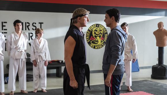"""William Zabka y Ralph Macchio, en sus personajes de Johnny Lawrence y Daniel LaRusso, frente a frente. Es una escena de la primera temporada de """"Cobra Kai"""". (Foto: Netflix)"""