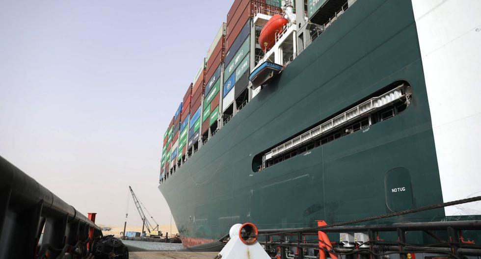 Imagen muestra el buque portacontenedores Ever Given (derecha) conectado a la cuerda de un remolcador utilizado para ayudar a flotarlo, en el Canal de Suez, Egipto , 25 de marzo de 2021. (EFE/EPA/SUEZ CANAL AUTHORITY).