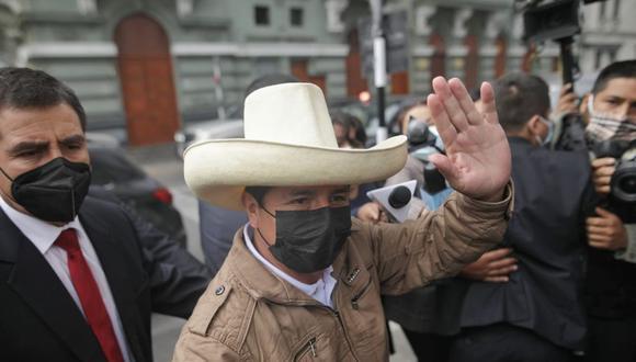 """""""Desde esta columna, invoco al profesor Pedro Castillo y a Keiko Fujimori a ser los primeros firmantes de la referida propuesta para no cambiar la Constitución actual""""."""