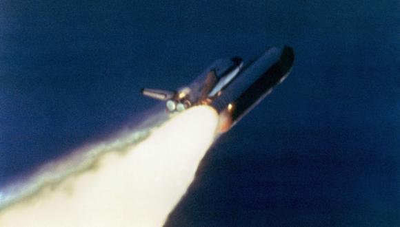 El transbordador espacial estadounidense Challenger despega el 28 de enero de 1986 desde una plataforma de lanzamiento en el Centro Espacial Kennedy, 72 segundos antes de su explosión, matando a su tripulación de siete personas. (Foto: NASA / AFP)