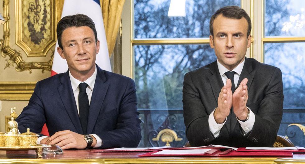 El presidente francés Emmanuel Macron (derecha) pronuncia un discurso junto a Benjamin Griveaux (izquierda) después de firmar textos legales en el Palacio del Elíseo de París en 2017. (EFE).