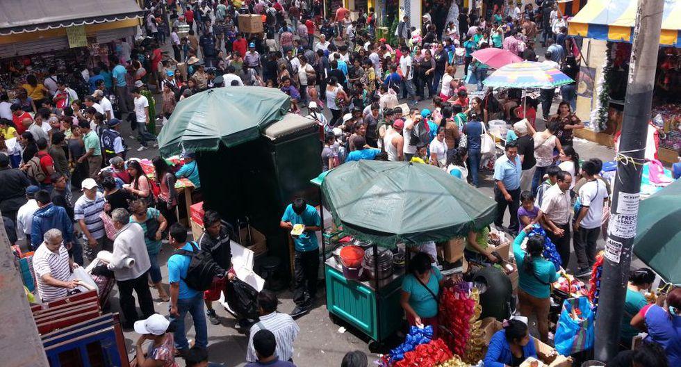 Ambulantes y estibadores hacen caso omiso a ordenanza de la Municipalidad de Lima y ocupan calles de Mesa Redonda. (Shirley Ávila/Perú21)