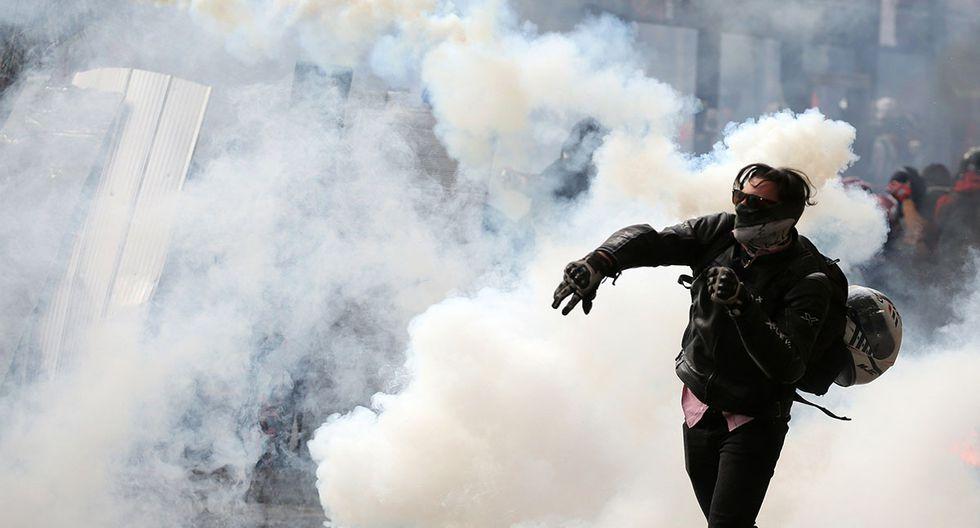 Personas se enfrentan a la policía este lunes durante una nueva jornada de manifestaciones a nivel nacional en contra del Gobierno, en la Plaza Italia de Santiago de Chile. Foto: EFE)