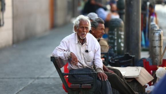 Varios indigentes se reúnen en la avenida Emancipación del Centro de Lima en espera de alguna ración de comida (Hugo Curotto/GEC).
