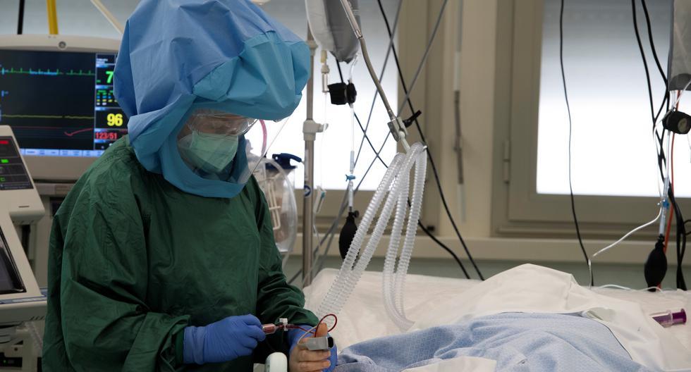 Una doctora atiende a un enfermo de COVID.19 en un hospital de Roma. (Foto: Tiziana FABI / AFP)