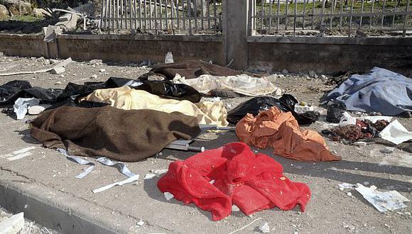 Los rebeldes no pueden enterrar a sus muertos porque los cementerios también son bombardeados. (AP)