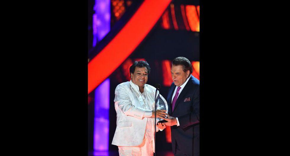 Los Premios Billboard homenajearon a Juan Gabriel con el Premio a la Estrella de la mano de Don Francisco. (EFE)