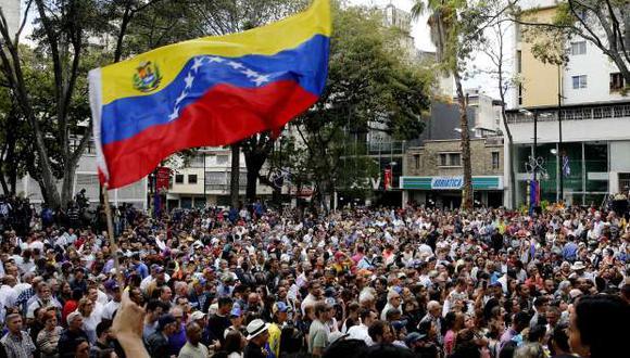Seguidores de la oposición asisten a la primera aparición en público del líder del Parlamento y autoproclamado presidente encargado de Venezuela, Juan Guaidó. (Foto: EFE)